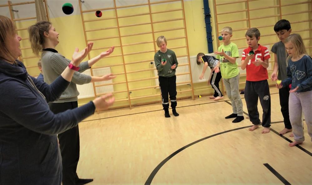 länk jonglerning med bollar